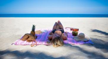 Las-Bayadas-pink-beach-blanket